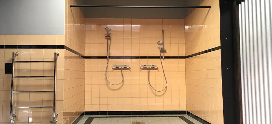 Ruime douche Werkplaats